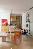 Bildno.: 11403131<br/><b>Feature: 11403127 - Parisian Charm</b><br/>Renovated apartment in Paris is full innovative ideas<br />living4media / Hallot, Olivier