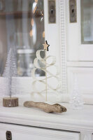 Bildno.: 11410231<br/><b>Feature: 11410216 - Drifting Toward Christmas</b><br/>DIY driftwood tree offers an exciting alternative to the traditional fir tree<br />living4media / Algermissen, Astrid