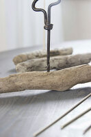 Bildno.: 11410233<br/><b>Feature: 11410216 - Drifting Toward Christmas</b><br/>DIY driftwood tree offers an exciting alternative to the traditional fir tree<br />living4media / Algermissen, Astrid