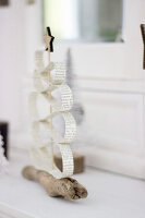 Bildno.: 11410237<br/><b>Feature: 11410216 - Drifting Toward Christmas</b><br/>DIY driftwood tree offers an exciting alternative to the traditional fir tree<br />living4media / Algermissen, Astrid