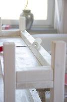 Bildnr.: 11417913<br/><b>Feature: 11417892 - Shabby-Konsole</b><br/>Sieht schon etwas abgelebt aus, dabei ist dieses St&#252;ck neu und selbst gestaltet<br />living4media / Algermissen, Astrid