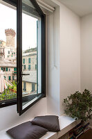 Bildno.: 11422329<br/><b>Feature: 11422291 - Bringing the World Home</b><br/>An apartment in Genoa, Italy, reflects the owner&#39;s far-flung interests<br />living4media / Lombrici, Fabio