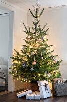 Bildnr.: 11425729<br/><b>Feature: 11425675 - O Tannenbaum</b><br/>Weihnachten in Schweden mit viel frischem Gr&#252;n aus dem Wald<br />living4media / M&#246;ller, Cecilia