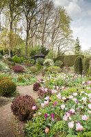 Bildno.: 11428709<br/><b>Feature: 11428706 - Tulip Time</b><br/>Spring garden in The Netherlands<br />living4media / Pietrek, Sibylle