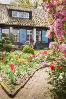 Bildno.: 11428711<br/><b>Feature: 11428706 - Tulip Time</b><br/>Spring garden in The Netherlands<br />living4media / Pietrek, Sibylle