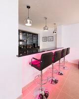 Bildnr.: 11429391<br/><b>Feature: 11429291 - Darf&#39;s noch etwas mehr sein?</b><br/>Luxushaus mit Pool, Bar und Meerblick in Bournemouth, UK<br />living4media / Cox, Stuart