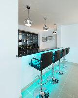 Bildnr.: 11429393<br/><b>Feature: 11429291 - Darf&#39;s noch etwas mehr sein?</b><br/>Luxushaus mit Pool, Bar und Meerblick in Bournemouth, UK<br />living4media / Cox, Stuart
