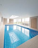 Bildnr.: 11429415<br/><b>Feature: 11429291 - Darf&#39;s noch etwas mehr sein?</b><br/>Luxushaus mit Pool, Bar und Meerblick in Bournemouth, UK<br />living4media / Cox, Stuart