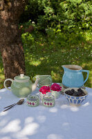 Bildno.: 11432261<br/><b>Feature: 11432236 - Accessories for Granny&#39;s Garden</b><br/>Crotcheting squares and the like for a summer look<br />living4media / Allig, Birgid