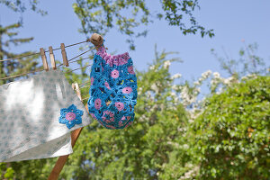 Bildno.: 11432291<br/><b>Feature: 11432236 - Accessories for Granny&#39;s Garden</b><br/>Crotcheting squares and the like for a summer look<br />living4media / Allig, Birgid