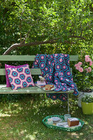 Bildno.: 11432317<br/><b>Feature: 11432236 - Accessories for Granny&#39;s Garden</b><br/>Crotcheting squares and the like for a summer look<br />living4media / Allig, Birgid