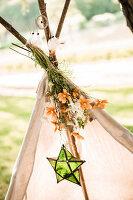 Bildnr.: 11434411<br/><b>Feature: 11434407 - Flower of Love</b><br/>Romantisches Hippie-Picknick mit Blumenschmuck und Happiness<br />living4media / Bildh&#252;bsch