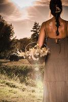 Bildnr.: 11434415<br/><b>Feature: 11434407 - Flower of Love</b><br/>Romantisches Hippie-Picknick mit Blumenschmuck und Happiness<br />living4media / Bildh&#252;bsch