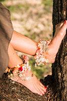Bildnr.: 11434419<br/><b>Feature: 11434407 - Flower of Love</b><br/>Romantisches Hippie-Picknick mit Blumenschmuck und Happiness<br />living4media / Bildh&#252;bsch