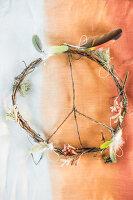 Bildnr.: 11434421<br/><b>Feature: 11434407 - Flower of Love</b><br/>Romantisches Hippie-Picknick mit Blumenschmuck und Happiness<br />living4media / Bildh&#252;bsch