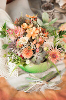 Bildnr.: 11434429<br/><b>Feature: 11434407 - Flower of Love</b><br/>Romantisches Hippie-Picknick mit Blumenschmuck und Happiness<br />living4media / Bildh&#252;bsch