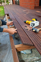 Bildno.: 11435127<br/><b>Feature: 11435087 - Decked Out</b><br/>Build a deck for your home<br />living4media / Selbermachen Media / Bordes, Christian