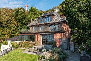 Bildno.: 11436855<br/><b>Feature: 11436853 - Hamburg High</b><br/>Villa with a view in Hamburg&#39;s elegant neighbourhood<br />living4media / Moog &amp; van Deelen