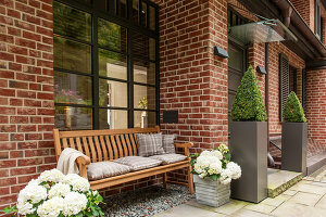 Bildno.: 11436869<br/><b>Feature: 11436853 - Hamburg High</b><br/>Villa with a view in Hamburg&#39;s elegant neighbourhood<br />living4media / Moog &amp; van Deelen