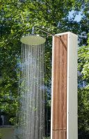 Bildno.: 11446609<br/><b>Feature: 11446604 - Outdoor Shower</b><br/>The pleasure of outdoor bathing with a garden shower<br />living4media / Selbermachen Media / Lambertsen, Chris