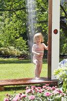 Bildno.: 11446617<br/><b>Feature: 11446604 - Outdoor Shower</b><br/>The pleasure of outdoor bathing with a garden shower<br />living4media / Selbermachen Media / Lambertsen, Chris