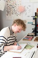 Bildnr.: 11447467<br/><b>Feature: 11447452 - Illustres Zuhause</b><br/>Kinderbuchautorin Linda liebt auch zuhause grafische Elemente, Schweden<br />living4media / M&#246;ller, Cecilia