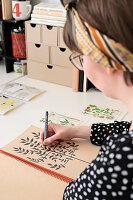 Bildnr.: 11447469<br/><b>Feature: 11447452 - Illustres Zuhause</b><br/>Kinderbuchautorin Linda liebt auch zuhause grafische Elemente, Schweden<br />living4media / M&#246;ller, Cecilia