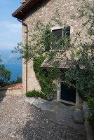 Bildno.: 11452041<br/><b>Feature: 11451948 - Lakeside Living</b><br/>Spectacular home on the western shore of Lake Garda, Italy<br />living4media / studiow&#228;lder
