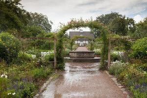 Bildno.: 11457457<br/><b>Feature: 11457439 - Sofiero Castle Garden</b><br/>Castle garden in Helsingborg, Sweden<br />living4media / Pietrek, Sibylle