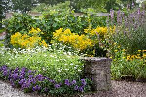 Bildno.: 11457475<br/><b>Feature: 11457439 - Sofiero Castle Garden</b><br/>Castle garden in Helsingborg, Sweden<br />living4media / Pietrek, Sibylle