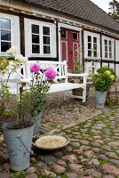 Bildno.: 11458617<br/><b>Feature: 11458614 - Farmhouse Nostalgia</b><br/>Typical farm garden in Denmark<br />living4media / Lene-K