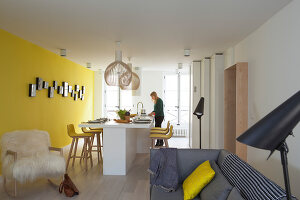 Bildno.: 11459793<br/><b>Feature: 11459766 - Sunshine on a Wall</b><br/>Scandinavian modern in an 18th century building in Paris, France<br />living4media / Hallot, Olivier