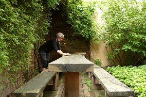 Bildnr.: 11501029<br/><b>Feature: 11501027 - Gr&#252;ne Oase in der Stadt</b><br/>Galeristin Elly liebt es in ihrem Garten zu lustwandeln und zu meditieren, Dresden<br />living4media / Krieg, Roland