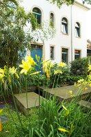 Bildnr.: 11501055<br/><b>Feature: 11501027 - Gr&#252;ne Oase in der Stadt</b><br/>Galeristin Elly liebt es in ihrem Garten zu lustwandeln und zu meditieren, Dresden<br />living4media / Krieg, Roland