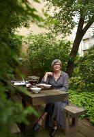 Bildnr.: 11501063<br/><b>Feature: 11501027 - Gr&#252;ne Oase in der Stadt</b><br/>Galeristin Elly liebt es in ihrem Garten zu lustwandeln und zu meditieren, Dresden<br />living4media / Krieg, Roland