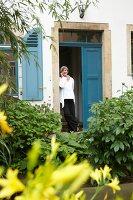Bildnr.: 11501067<br/><b>Feature: 11501027 - Gr&#252;ne Oase in der Stadt</b><br/>Galeristin Elly liebt es in ihrem Garten zu lustwandeln und zu meditieren, Dresden<br />living4media / Krieg, Roland