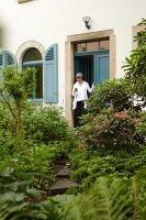 Bildnr.: 11501069<br/><b>Feature: 11501027 - Gr&#252;ne Oase in der Stadt</b><br/>Galeristin Elly liebt es in ihrem Garten zu lustwandeln und zu meditieren, Dresden<br />living4media / Krieg, Roland