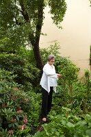 Bildnr.: 11501079<br/><b>Feature: 11501027 - Gr&#252;ne Oase in der Stadt</b><br/>Galeristin Elly liebt es in ihrem Garten zu lustwandeln und zu meditieren, Dresden<br />living4media / Krieg, Roland