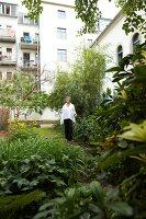 Bildnr.: 11501083<br/><b>Feature: 11501027 - Gr&#252;ne Oase in der Stadt</b><br/>Galeristin Elly liebt es in ihrem Garten zu lustwandeln und zu meditieren, Dresden<br />living4media / Krieg, Roland