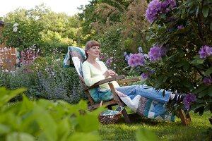 Bildnr.: 11501251<br/><b>Feature: 11501240 - Ort der Ruhe</b><br/>Iris kann in ihrem Schrebergarten richtig entspannen, bei Stuttgart<br />living4media / Krieg, Roland