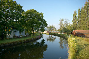 Bildno.: 11502215<br/><b>Feature: 11502214 - Summer Cool</b><br/>Tucked away in the German Black Forest, a house on a canal<br />living4media / Krieg, Roland