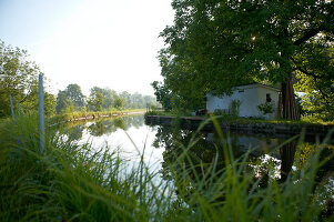 Bildno.: 11502219<br/><b>Feature: 11502214 - Summer Cool</b><br/>Tucked away in the German Black Forest, a house on a canal<br />living4media / Krieg, Roland