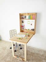 Bildno.: 11502463<br/><b>Feature: 11502433 - Folding Desk</b><br/>A great DIY project for a children&#39;s room -- a folding desk and chalk board<br />living4media / Selbermachen Media / Bordes, Christian