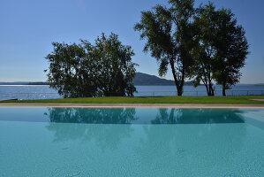 Bildnr.: 11507133<br/><b>Feature: 11507124 - Nah am Wasser</b><br/>Luxus-Anwesen: Hier kann man fast vom Pool in den See springen, Lago Maggiore<br />living4media / Maulini, Pier