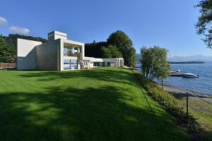Bildnr.: 11507135<br/><b>Feature: 11507124 - Nah am Wasser</b><br/>Luxus-Anwesen: Hier kann man fast vom Pool in den See springen, Lago Maggiore<br />living4media / Maulini, Pier