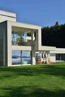 Bildnr.: 11507137<br/><b>Feature: 11507124 - Nah am Wasser</b><br/>Luxus-Anwesen: Hier kann man fast vom Pool in den See springen, Lago Maggiore<br />living4media / Maulini, Pier
