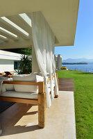 Bildnr.: 11507139<br/><b>Feature: 11507124 - Nah am Wasser</b><br/>Luxus-Anwesen: Hier kann man fast vom Pool in den See springen, Lago Maggiore<br />living4media / Maulini, Pier