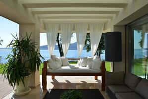 Bildnr.: 11507141<br/><b>Feature: 11507124 - Nah am Wasser</b><br/>Luxus-Anwesen: Hier kann man fast vom Pool in den See springen, Lago Maggiore<br />living4media / Maulini, Pier