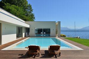 Bildnr.: 11507143<br/><b>Feature: 11507124 - Nah am Wasser</b><br/>Luxus-Anwesen: Hier kann man fast vom Pool in den See springen, Lago Maggiore<br />living4media / Maulini, Pier
