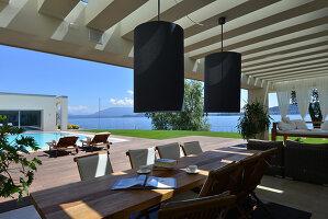 Bildnr.: 11507157<br/><b>Feature: 11507124 - Nah am Wasser</b><br/>Luxus-Anwesen: Hier kann man fast vom Pool in den See springen, Lago Maggiore<br />living4media / Maulini, Pier